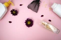 在桌上的化妆用品在妇女 化妆袋子、化妆用品和卫生学方面的产品 文本的桃红色背景 库存图片