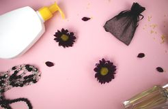 在桌上的化妆用品在妇女 化妆袋子、化妆用品和卫生学方面的产品 文本的桃红色背景 图库摄影