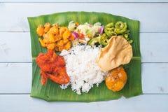 在桌上的印地安香蕉叶子米 库存照片