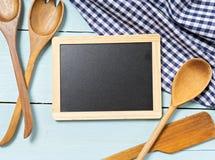 在桌上的厨房工具 文本的空间 免版税库存照片