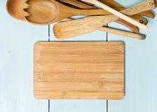 在桌上的厨房工具 文本的空间 库存照片
