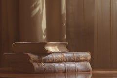 在桌上的古色古香的书我 图库摄影