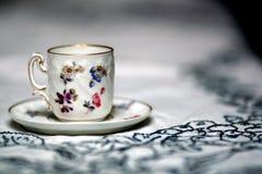 在桌上的古色古香的杯子 库存照片