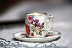 在桌上的古色古香的杯子 免版税库存照片