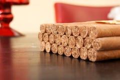 在桌上的古巴雪茄 免版税库存照片