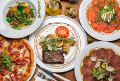 在桌上的可口意大利食物 免版税库存图片