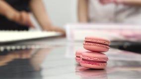 在桌上的可口桃红色莓蛋白杏仁饼干在商业厨房 免版税图库摄影