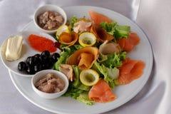 在桌上的可口食物在豪华餐馆 图库摄影