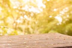 在桌上的叶子在秋天背景中 免版税库存图片