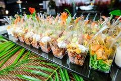 在桌上的各种各样的快餐 选择聚焦 免版税库存照片