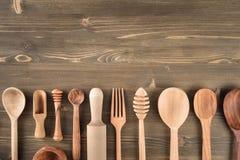 在桌上的各种各样的木厨房器物 库存图片