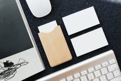 在桌上的名片和名片持有人 库存照片