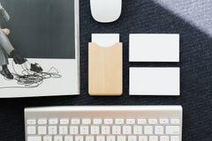 在桌上的名片和名片持有人 图库摄影