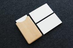 在桌上的名片和名片持有人 库存图片