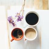 在桌上的咖啡与花 图库摄影