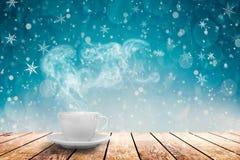 在桌上的咖啡在冬天背景 库存图片