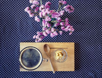 在桌上的咖啡杯与花装饰葡萄酒口气 库存图片