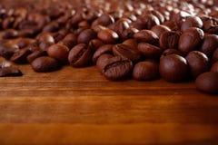 在桌上的咖啡豆 免版税库存照片