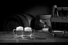 在桌上的啤酒静物画与老小桶和轻拍 免版税库存照片