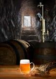 在桌上的啤酒静物画与老小桶和轻拍 免版税图库摄影