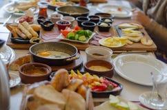 在桌上的土耳其早餐,顶视图 免版税库存图片