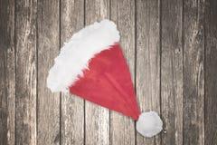 在桌上的圣诞老人帽子 免版税图库摄影