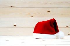 在桌上的圣诞老人帽子 免版税库存图片