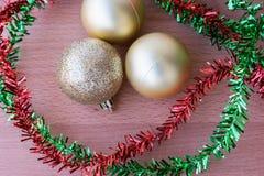 在桌上的圣诞节球 图库摄影