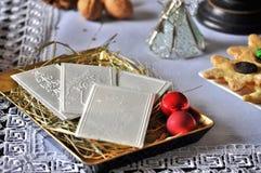 在桌上的圣诞节白色薄酥饼 Oplatek 免版税库存照片