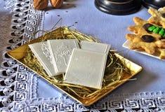 在桌上的圣诞节白色薄酥饼 Oplatek 免版税图库摄影