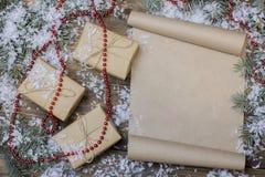 在桌上的圣诞节纸卷,树枝 免版税图库摄影