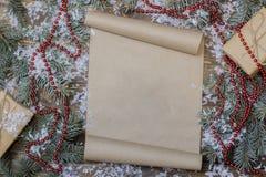 在桌上的圣诞节纸卷,树枝 库存图片
