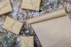 在桌上的圣诞节纸卷,树枝 免版税库存照片