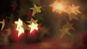 在桌上的圣诞节装饰在发光与色的光的X-mas树附近弄脏作用 股票视频