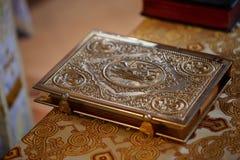 在桌上的圣经 免版税图库摄影