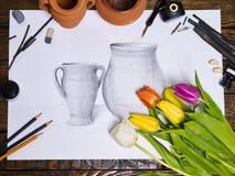 在桌上的地道画笔静物画在艺术课学校 库存照片