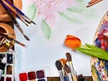 在桌上的地道画笔静物画在艺术课学校 免版税库存图片