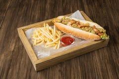 在桌上的墨西哥热狗 免版税库存图片