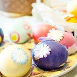 在桌上的复活节彩蛋 库存图片