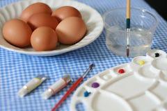 在桌上的复活节彩蛋 免版税图库摄影