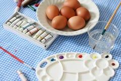 在桌上的复活节彩蛋 图库摄影