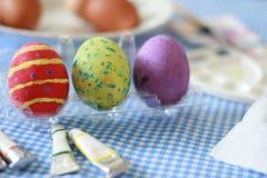 在桌上的复活节彩蛋 免版税库存照片