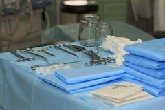 在桌上的外科器械 库存照片