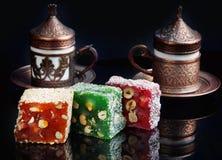 在桌上的多彩多姿的rahat lukum,跟随由杯子与芬芳土耳其咖啡 免版税库存图片