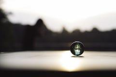 在桌上的大理石在日落前面 免版税库存图片