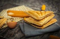 在桌上的奶蛋烘饼 免版税库存照片