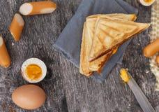 在桌上的奶蛋烘饼 免版税图库摄影