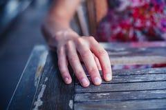 在桌上的妇女休息的手 免版税图库摄影