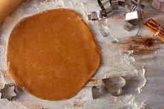 在桌上的姜饼面团与曲奇饼形状 免版税库存图片