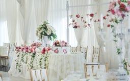 在桌上的婚礼装饰 图库摄影